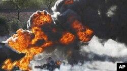 Cả hai chiếc xe bốc cháy sau khi tai nạn xảy ra gần thành phố Diên An ở tỉnh Thiểm Tây
