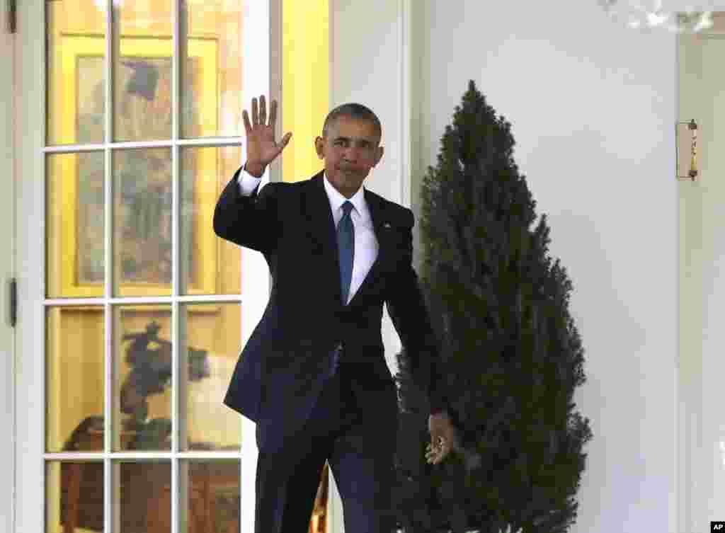 Prezident Barak Obama Ağ Evi tərk edir.