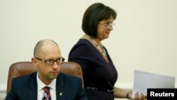 Menteri Keuangan Ukraina Natalia Yaresko (kanan) dan PM Arseny Yatsenyuk dalam sebuah rapat di Kyiv (17/8).