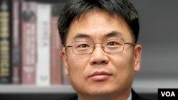 Dong Hyuk Lee