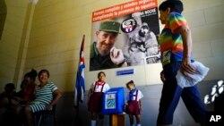 Женщина входит на избирательный участов, чтобы проголосовать на муниципальных выборах. Гавана, Куба. 26 ноября 2017 г.