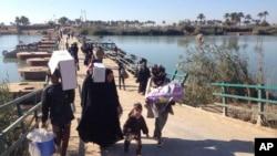 Residentes de Ramadi y alrededores caminan hacia Bagdad tras abandonar sus viviendas, ante la lucha entre ISIS y las fuerzas iraquíes que buscan retomar el control de la ciudad capital de la provincia de Anbar.