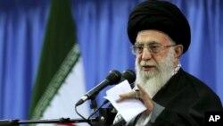 Ayatollah Ali Khamenei mengatakan, ia mendukung langkah perpanjangan pembicaraan nuklir Iran (foto: dok).
