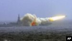中国海军的一艘驱逐舰在南中国海演习时发射一枚导弹(资料照片)
