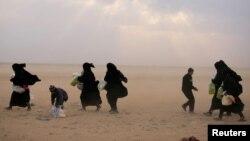 شام میں داعش کے زیر قبضہ آخری قصبے بغوز سے خواتین اور بچے اپنی جان بچانے کے لے محفوظ مقامات کی طرف جا رہے ہیں۔ 26 فروری 2019