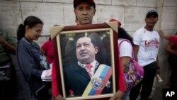 支持者舉起委內瑞拉總統查韋斯的照片