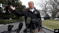 El presidente Donald Trump habla con periodistas en la Casa Blanca el viernes, 8 de marzo de 2019, antes de viajar a Alabama para visitar áreas afectadas por un tornado.