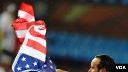 Penyerang tengah Landon Donovan melambaikan bendera Amerika serelah golnya dimenit terakhir membuat tim Amerika keluar sebagai juara grup C mengalahkan Aljazair 1-0. Tim Amerika berharap bisa mengalahkan Ghana do putaran 16 besar.