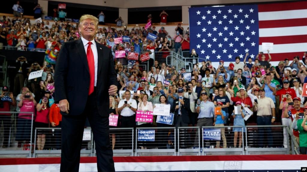Le président Donald Trump arrive pour prendre la parole lors d'un rassemblement de campagne à Erie Insurance Arena, le 10 octobre 2018, à Erie, en Pennsylvanie.