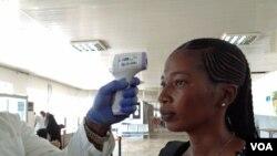 Seorang penumpang diperiksa sebelum berangkat dari bandara Lungi, Freetown, Sierra Leone, 3 Februari 2015. (Nina deVries/ VOA)