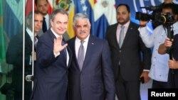 El expresidente del gobierno español, José Luis Rodríguez Zapatero, y el canciller de República Dominicana, Miguel Vargas, saluda a su llegada a la reunión entre representantes del gobierno y la oposición de Venezuela en Santo Domingo.