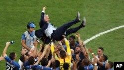 فٹ بال ورلڈ کپ جیتنے کے بعد فرانس کے کھلاڑی اپنے کوچ کو اُٹھا کر ہوا میں اچھال رہے ہیں۔