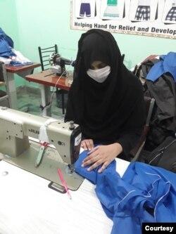 خواتین کے تربیتی مرکز میں ایک خاتون ماسک تیار کر رہی ہے۔