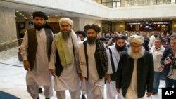 지난 5월 평화회담을 위해 러시아 모스크바를 방문한 탈레반 지도자들이 회담장에 들어서고 있다.