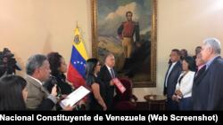 La presidenta de la controvertida Asamblea Nacional Constituyente de Venezuela, Delcy Rodríguez, toma juramento a cuatro gobernadores de oposición elegidos en las cuestionadas elecciones regionales del pasado 15 de octubre de 2017.