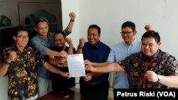 Perwakilan sejumlah elemen masyarakat di Surabaya menunjukkan surat penolakan remisi pembunuh jurnalis, yang ditujukan kepada Presiden Joko Widodo (Foto:VOA/Petrus Riski).