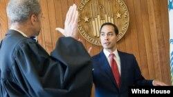 El juramento de Castro fue administrado por el juez Richard W. Roberts de la Corte de Distrito de EE.UU. para el Distrito de Columbia.