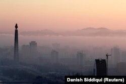 Menara Juche setinggi 170 meter dan bangunan lainnya terlihat saat kabut pagi menyelimuti Pyongyang, Korea Utara, 8 September 2018. (Foto: REUTERS/Danish Siddiqui)