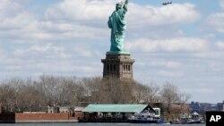 Thuyền của cảnh sát New York neo tại đảo Liberty nơi cuộc di tản được thực hiện sau báo cáo về một gói đồ khả nghi, 24/4/2015.