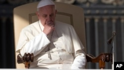 El papa Francisco ha convocado al Vaticano a 300 jóvenes el mes próximo para que expresen sus inquietudes sobre la Iglesia Católica.