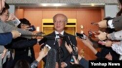 한국을 방문한 아마노 유키야 국제원자력기구(IAEA) 사무총장이 6일 정부서울청사 별관 외교부에서 기자들의 질문에 답하고 있다.
