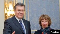 دیدار رئیس جمهوری اوکراین با کاترین اشتون در کیف، دو هفته پس از شروع اعتراضات خیابانی برای پیوستن اوکراین به اتحادیه اروپا