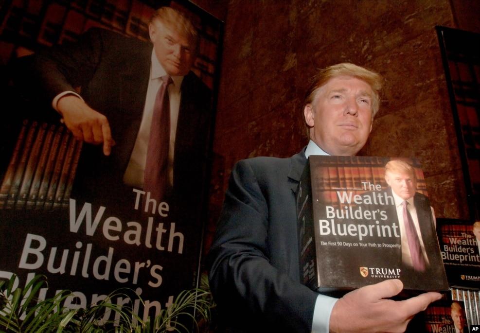 2005年5月23日,川普在關於川普大學的記者會上手持著作《財富築造者的藍圖》