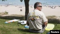 Seorang pria Amerika menikmati libur Hari Buruh di Sheboygan, Wisconsin. (Foto: Dok)