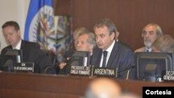 Jose Luis Rodriguez Zapatero fue recibido por la canciller Venezolana, Delcy Rodríguez, a su llegada a la OEA. [Foto: cortesía OEA].