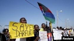 Des manifestants, dont la plupart du Darfour et du Soudan, tiennent des pancartes devant l'ambassade américaine à Tel Aviv pour protester contre les violations des droits de l'Homme, le 3 février 2016. REUTERS/Baz Ratner - RTX258QH
