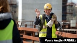 Kineski radnik na izgradnji mosta u Beogradu.