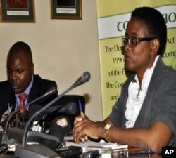 Priscilla Isaacs (à dr.), directrice de la Commission électorale de la Zambie (20 septembre 2011)