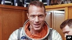 Astronot Scott Carpenter pada 1962 saat mengepas baju astronotnya di Cape Canaveral, Florida. (Foto: Dok)