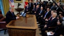 Tổng thống Donald Trump gặp trưởng phái đoàn đám phán thương mại của Trung Quốc, Lưu Hạc, trong Phòng Bầu dục của Nhà Trắng, ngày 22 tháng 2, 2019, ở Washington.