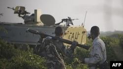 Бойцы сомалийской национальной армии на линии огня, 21 января 2012.