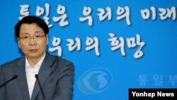 김형석 한국 통일부 대변인이 개성공단 남측 관리인력의 체류 시점과 관련해 26일 정부서울청사에서 정례브리핑을 하고 있다.