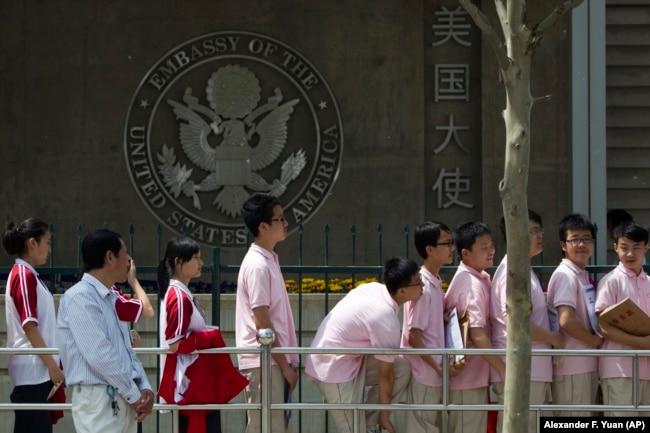 在北京美国大使馆前排队等待签证的学生(资料图)