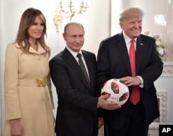 Presiden Putin memberikan hadiah bola sepak Adidas untuk Presiden Trump.