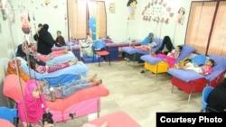 عمیر ثنا فاؤںڈیشن کے ایک کلینک میں مریض بچوں کو خون دیا جا رہے ہے۔ فائل فوٹو
