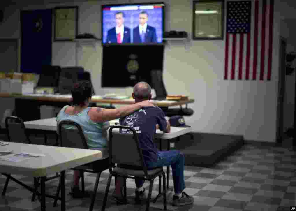 Dawn, a la izquierda, y Randy Cornell, miran el debate en el local de Trabajadores Siderúrgicos Unidos, en Henderson.