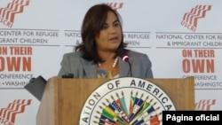 """La primera Dama de Honduras habla de los niños migrantes en la conferencia """"Por sí solos"""" organizada por el Centro Nacional para Refugiados y Niños Inmigrantes."""