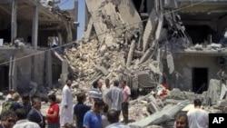 Des journalistes conduits par des responsables libyens sur les lieux présumés des raids de dimanche à Tripoli