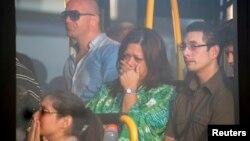 Familiares de los pasajeros del vuelo Malaysia Airlines MH-17 reaccionan al llegar al aeropuerto de Schiphol, en Ucrania.