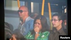 Keluarga para penumpang pesawat Malaysia Airlines MH-17 menangis menunggu kabar dari pihak berwenang (17/7).