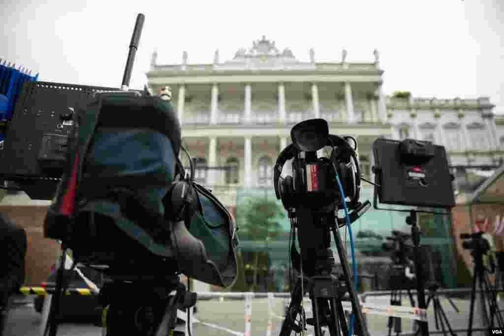 استقرار دوربین های خبرنگاران در مقابل هتل کوبورگ محل برگزاری مذاکرات اتمی ایران و گروه ۱+۵