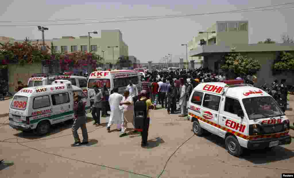 Crowds gather outside a hospital after an attack on a bus in Karachi, May 13, 2015.