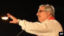 Ibrahim Sharif Al Syed memberikan pidato di hadapan pendukungnya di Manama, Bahrain, tahun 2010 (foto: dok).