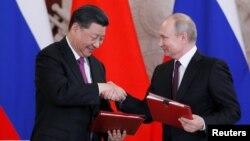 시진핑 중국 국가주석과 블라디미르 푸틴 러시아 대통령이 5일 러시아 모스크바 크렘린궁에서 회담을 마친 후 열린 협력 문건 서명식에서 악수하고 있다.