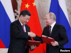 资料照:俄罗斯总统普京与中国国家主席习近平在莫斯科出席协议签署仪式。(2019年6月5日)