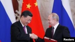 俄罗斯总统普京与中国国家主席习近平6月5日在莫斯科签约仪式上握手。